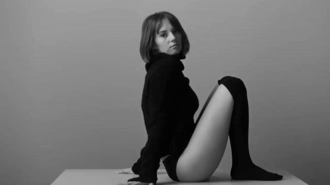 Майя Хоук чёрно-белая фотосессия в свитере
