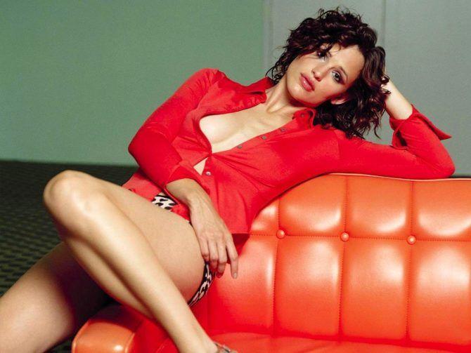 Дженнифер Гарнер фото на красном диване