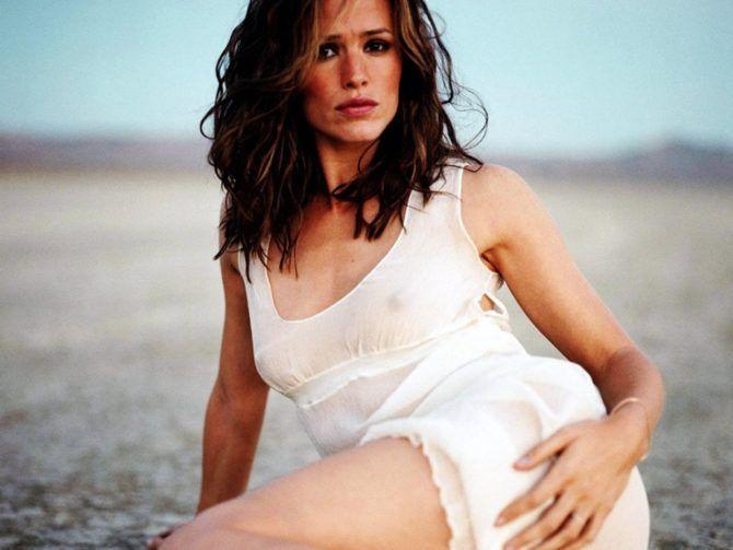 Дженнифер Гарнер фотография в платье на пляже