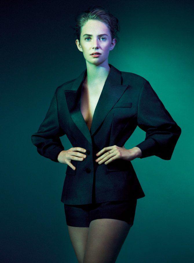 Майя Хоук фото в чёрном пиджаке