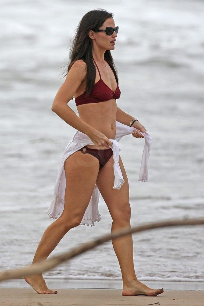 Дженнифер Гарнер фотография на пляже в бикини