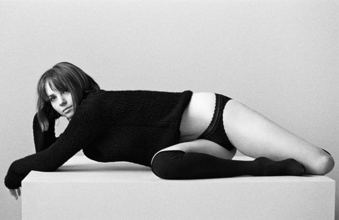 Майя Хоук фотография в свитере и плавках