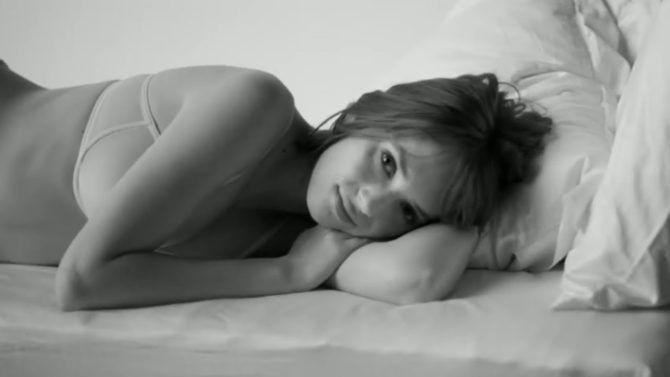 Майя Хоук фотография в нижнем белье лёжа