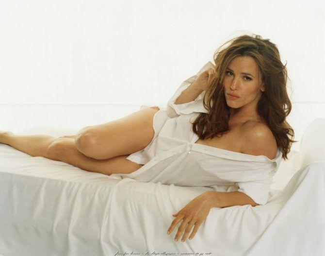 Дженнифер Гарнер фото в рубашке на кровати