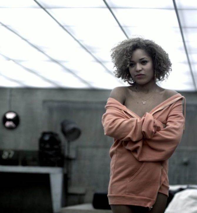 Антония Томас фото из сериала в кофте