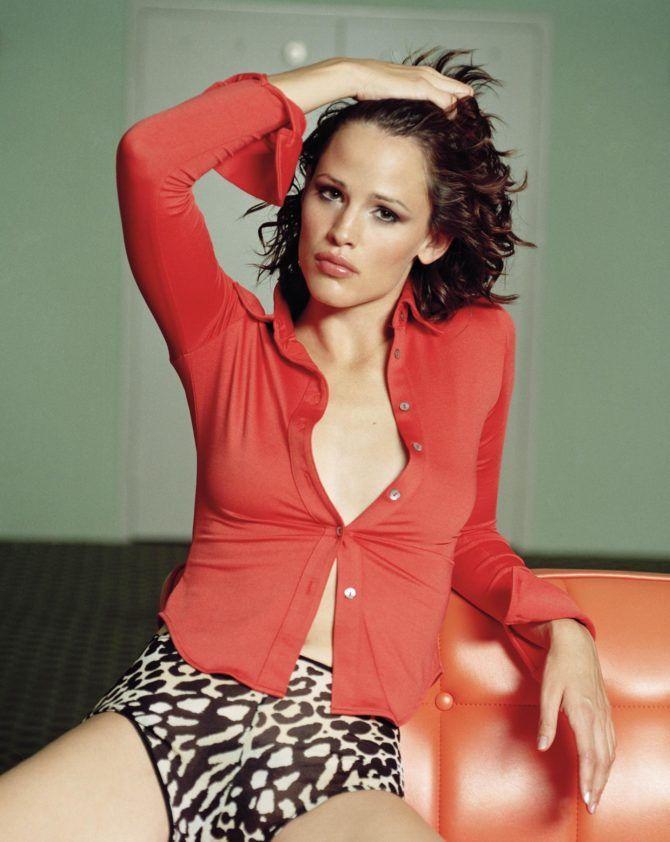 Дженнифер Гарнер фотосессия в блузке и шортах