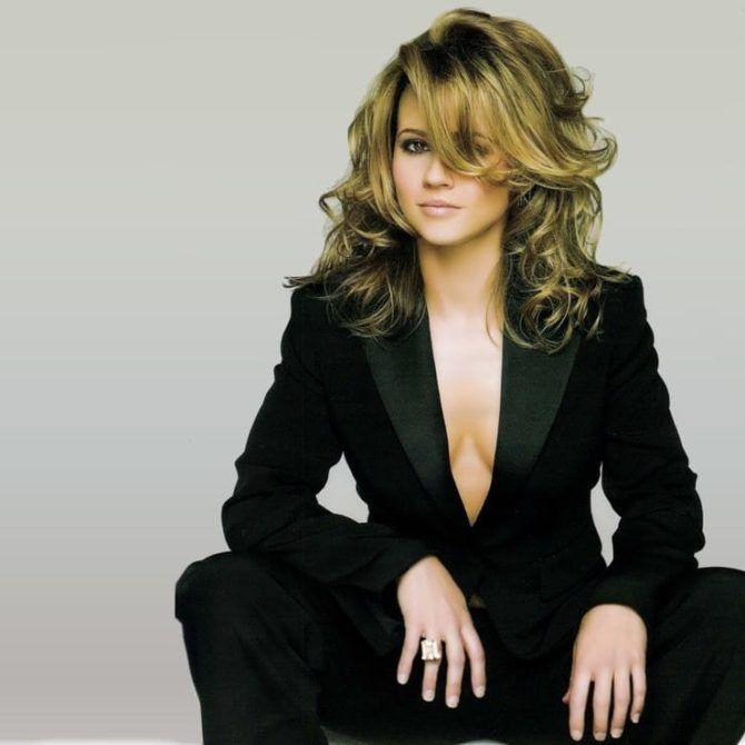 Линда Карделлини фотография в чёрном костюме