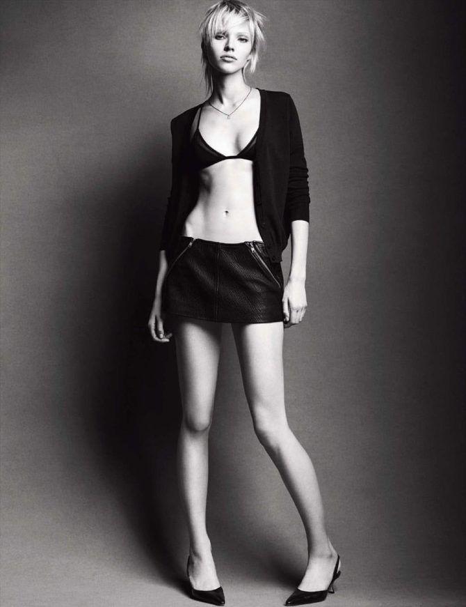 Саша Лусс чёрно-белое фото в короткой юбке