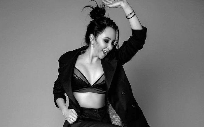 Елизавета Туктамышева чёрно-белая фотосессия в пиджаке