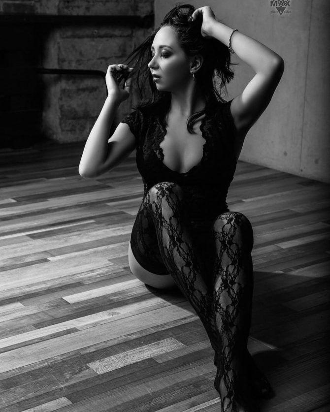 Елизавета Туктамышева фотография в ажурных чулках