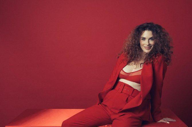 Бриджит Риган фото в красном костюме