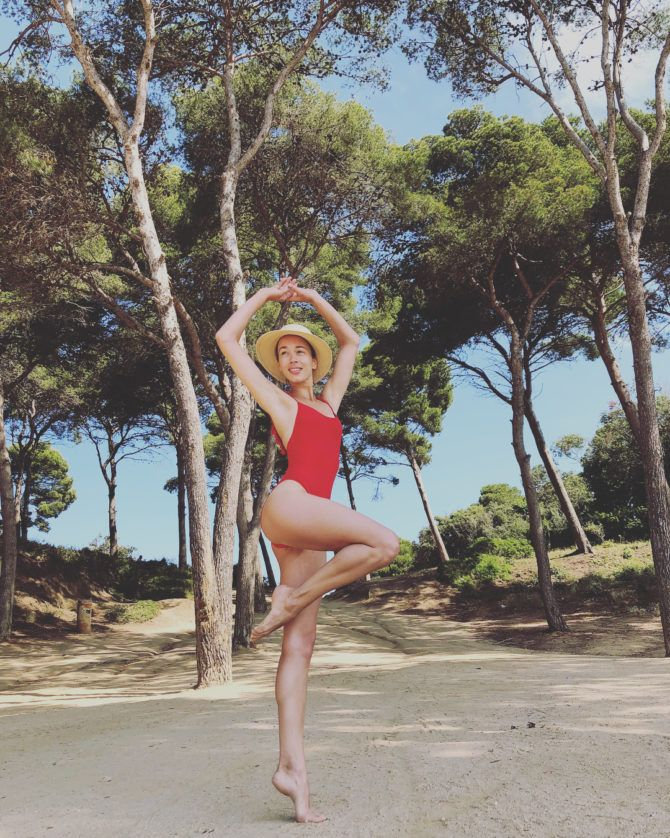 Дарья Храмцова фото в красном купальнике на пляже