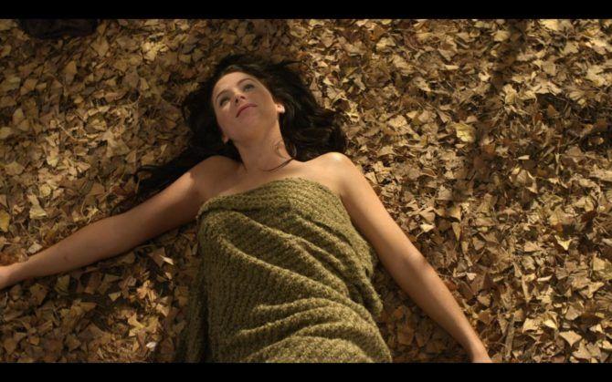 Бриджит Риган кадр на листве под пледом