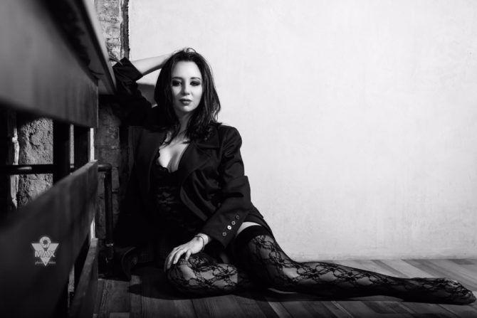 Елизавета Туктамышева фото в пиджаке и чулках