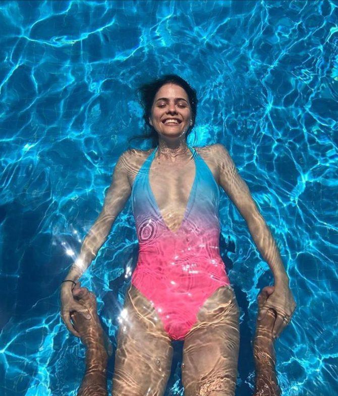 Шелли Хенниг фото в бассейне в купальнике