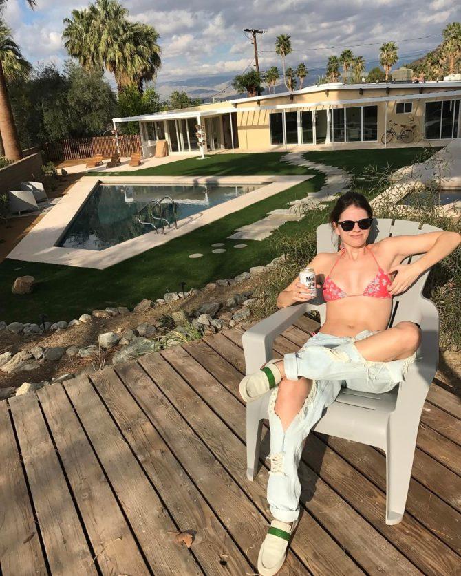Шелли Хенниг фото в рваных джинсах