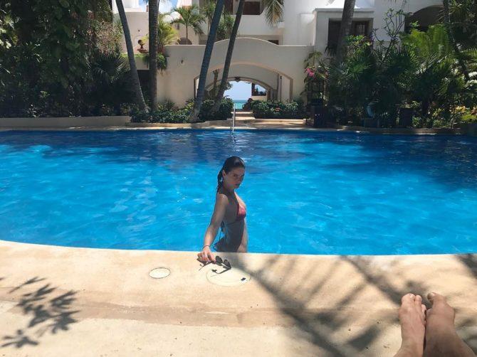 Шелли Хенниг фотография в бассейне