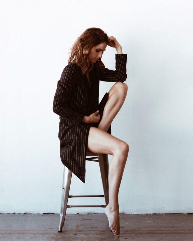 Шелли Хенниг фотосессия в длинном пиджаке