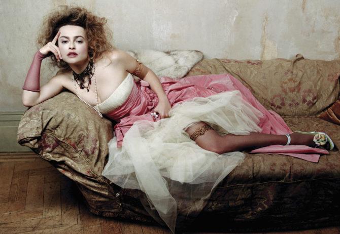 Хелена Бонем Картер фото в платье на диване