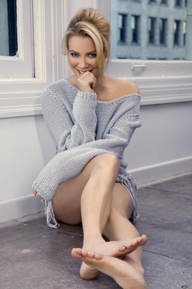 Лори Холден фото в свитере на полу