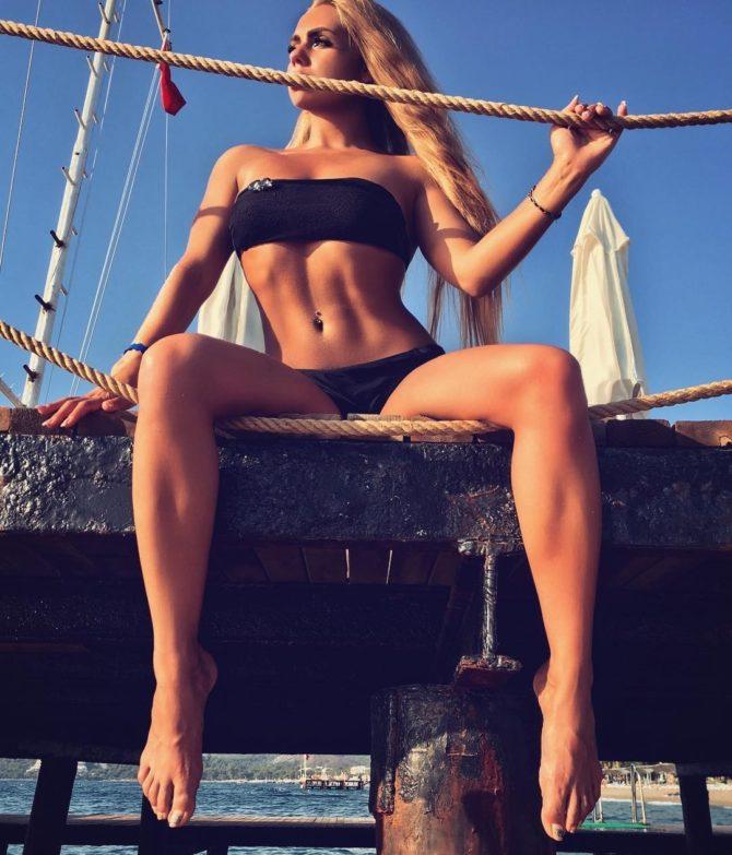 Карина Лазарьянц фото в чёрном купальнике