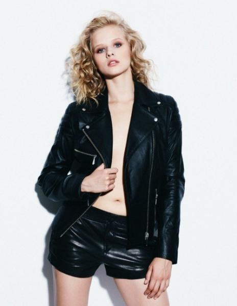 Александра Бортич фото в кожаной куртке